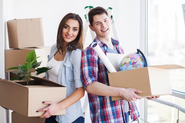 Nova casa, casal jovem engraçado desfrutar e celebrar a mudança para nova casa
