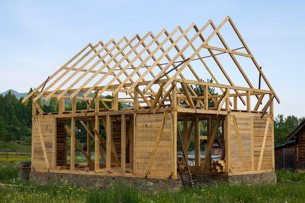 Nova casa de madeira em construção no tranquilo bairro rural.