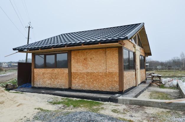 Nova casa de madeira residencial em construção em um terreno de campo