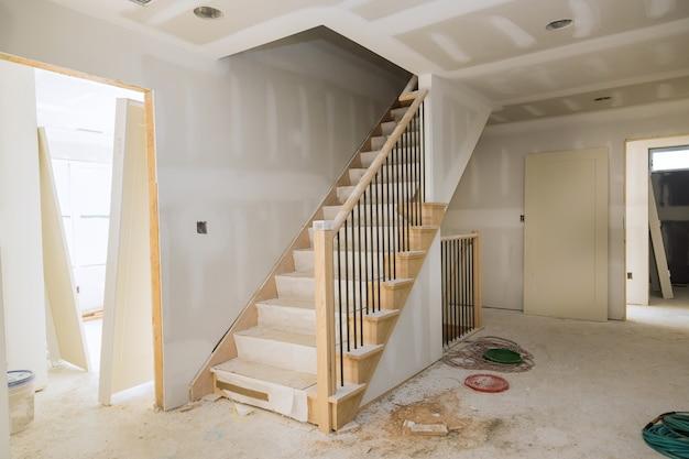 Nova casa instalando material para reparos em um apartamento