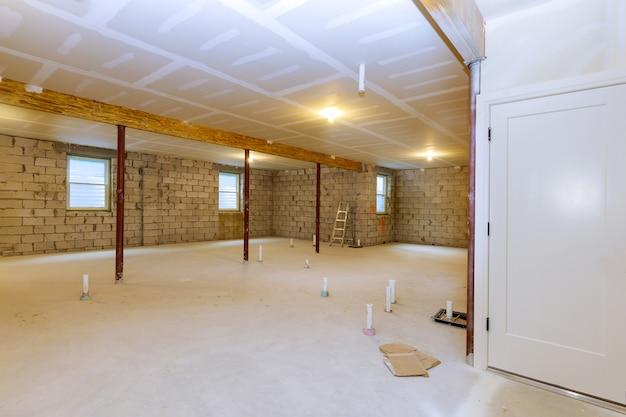 Nova casa residencial em construção com vista inacabada do porão