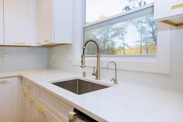 Nova cozinha clássica em estilo moderno com pia nova