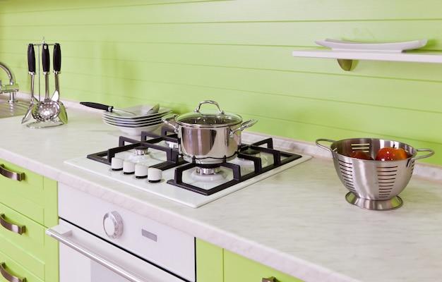 Nova cozinha ecológica luxuosa com aparelhos modernos