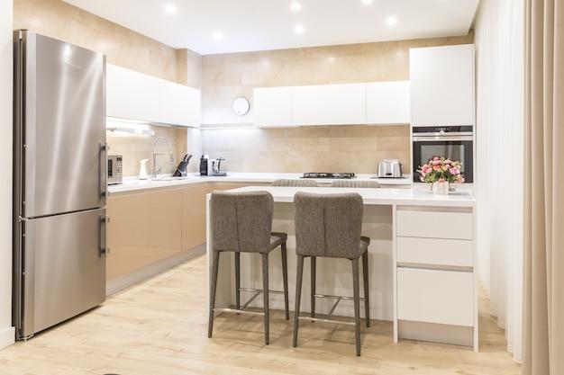 Nova cozinha moderna em um apartamento de luxo