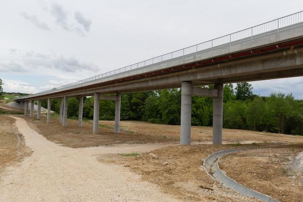Nova estrada recém-construída no distrito de brcko, bósnia e herzegovina