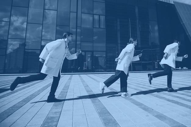 Nova geração de médicos está correndo para o resgate