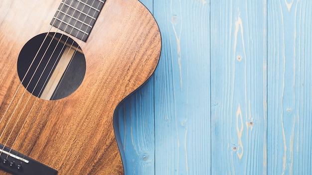 Nova guitarra marrom na placa de madeira