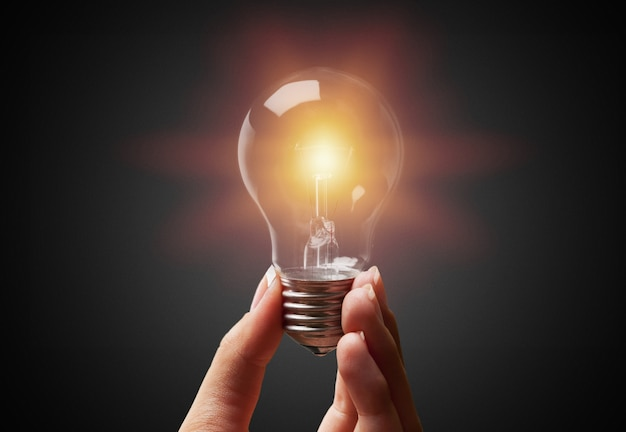 Nova ideia criativa. o homem está segurando uma lâmpada.