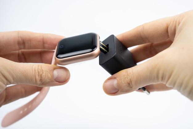 Nova pulseira de fitness inteligente com tela preta em branco e porta de carregamento