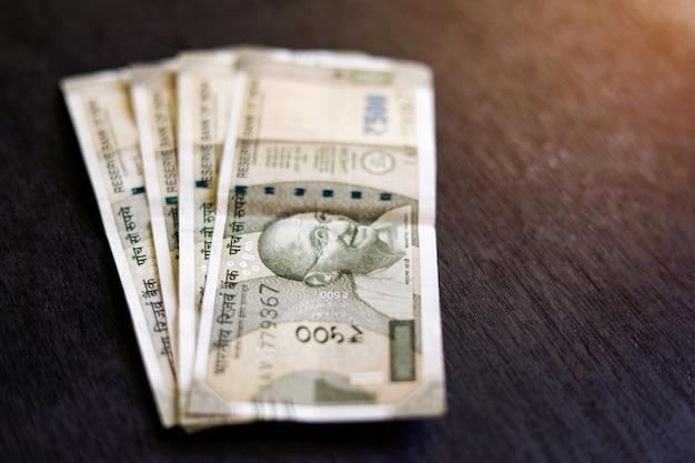 Nova série indiana notas de quinhentos rupias na mesa de madeira