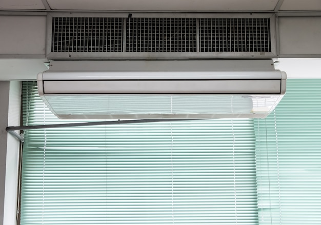 Nova unidade de ar condicionado está pendurada no teto.