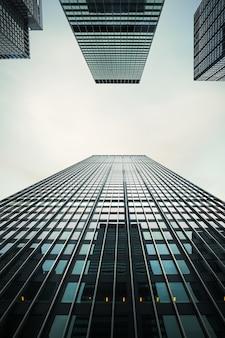 Nova york, eua - 1 de maio de 2016: arquitetura moderna de manhattan. manhattan é o mais densamente povoado dos cinco distritos da cidade de nova york