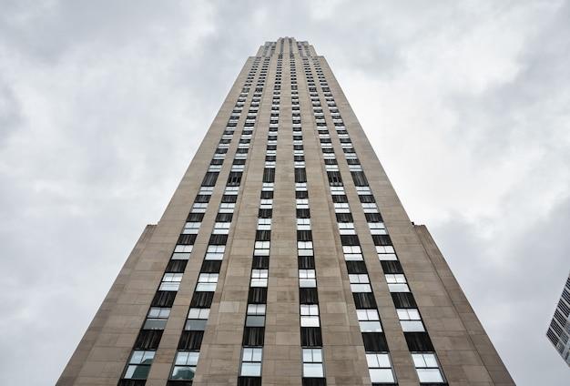 Nova york, eua - 1 de maio de 2016: rockefeller center na cidade de nova york em um dia nublado