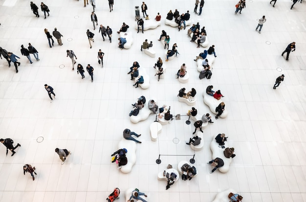 Nova york, eua - 28 de setembro de 2018: imagem de pessoas no saguão de um moderno centro de negócios em nova york
