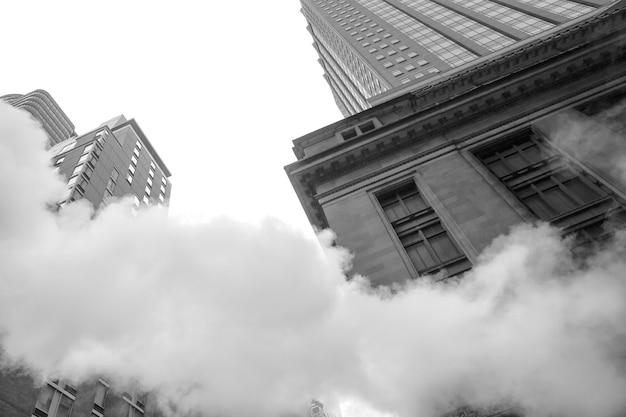 Nova york, eua - 3 de maio de 2016: cena de rua de manhattan. nuvem de vapor do metrô nas ruas de manhattan, em nova york. vista típica de manhattan