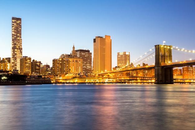 Nova york meio da cidade com a ponte do brooklyn