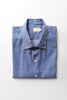 Novas camisas masculinas azuis dobradas em branco