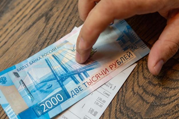 Novas cédulas russas denominadas em 2.000 rublos por mão masculina