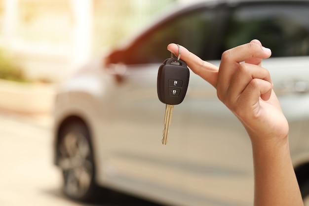 Novas chaves do carro prontas para entregar aos clientes no showroom.