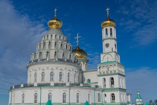 Novas cúpulas do mosteiro ortodoxo de jerusalém e torre sineira