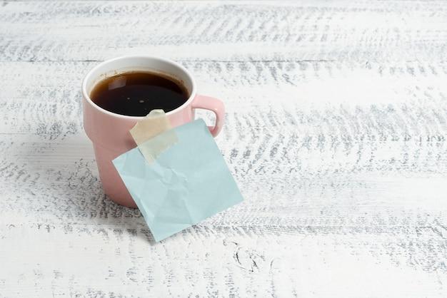 Novas ideias para cafeterias escrevendo notas importantes bebida refrescante quente que estimula a atividade cerebral pensamento criativo ambiente de trabalho relaxado design produtividade de escritório