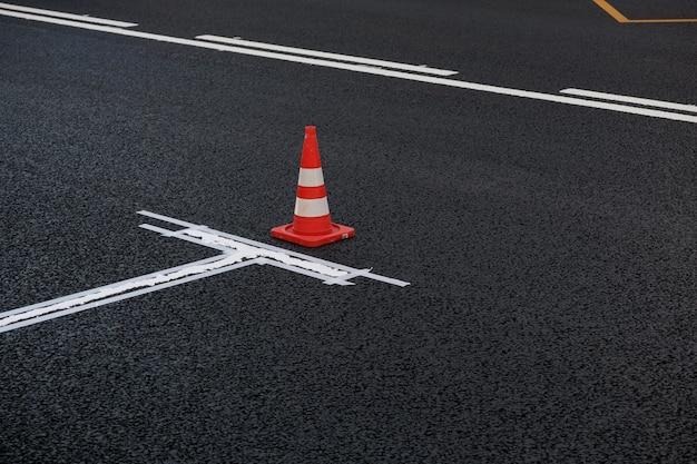 Novas marcações viárias em estacionamento de asfalto na faixa de rodagem ao longo da estrada processo de pintura