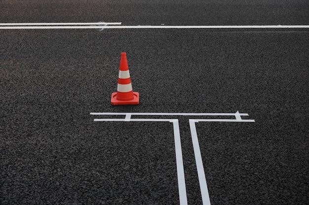 Novas marcações viárias no estacionamento de asfalto na faixa de rodagem ao longo da estrada foco seletivo