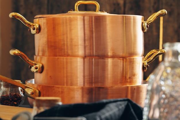 Novas panelas de cobre para cozinha profissional close-up