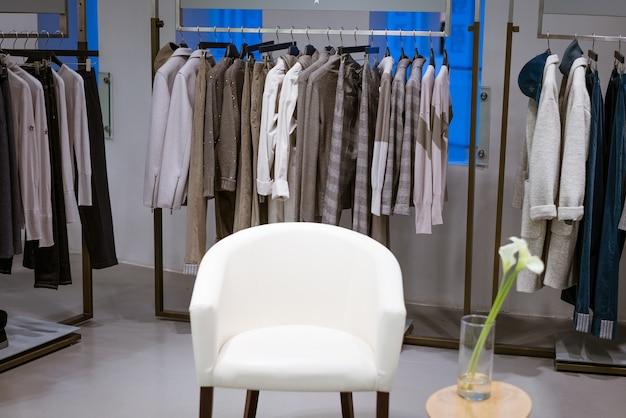 Novas roupas da moda feminina penduradas na loja