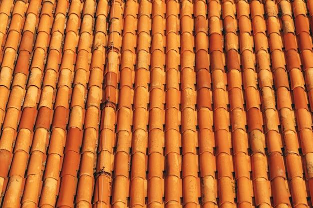 Novas telhas marrons limpas no telhado do edifício