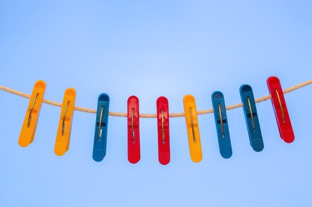 Nove prendedores de roupa de plástico pendurados no varal