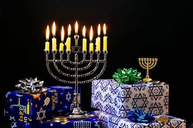 Nove velas acesas no fundo desfocado. conceito de hanukkah