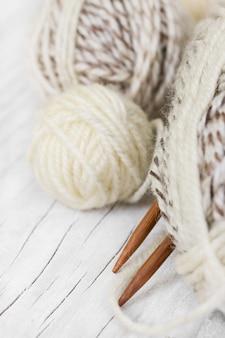 Novelos de lã e agulhas de tricô de madeira