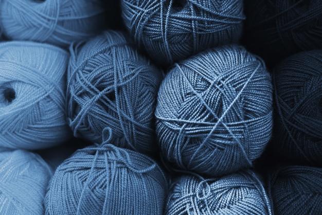 Novelos de lã em todos os tons de azul clássico. conceito artesanal. a cor do ano 2020 é o azul clássico.