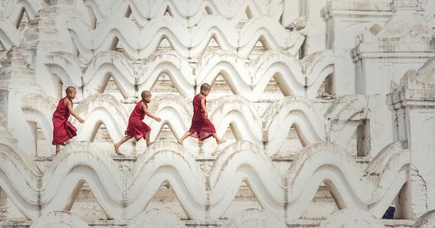 Noviço budista está andando no templo, mianmar