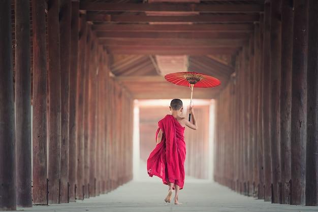 Noviço budista está andando no templo, myanmar