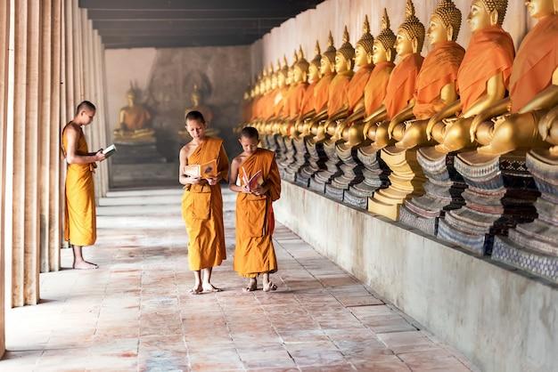 Noviços tailandeses no templo no parque histórico de ayutthaya, tailândia