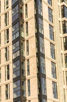 Novo arranha-céu decorado com lajes de pedra com grandes janelas