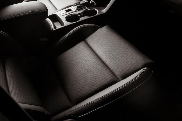 Novo assento de carro, com detalhes em couro preto, moderno e luxuoso
