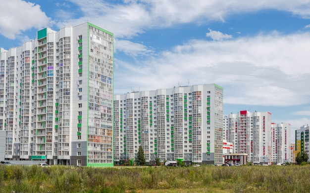 Novo bairro residencial, belos edifícios novos e modernos