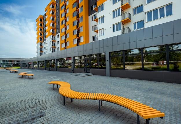 Novo bloco de apartamentos modernos com varanda e céu azul ao fundo Foto Premium
