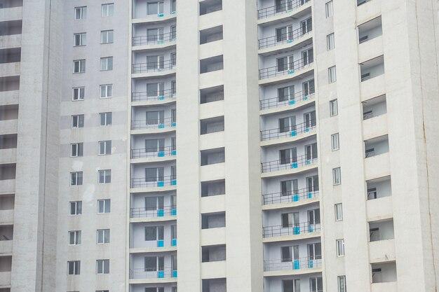 Novo bloco de apartamentos modernos com varandas na cidade.