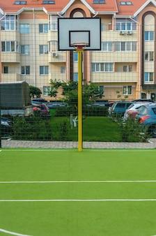 Novo campo esportivo com anel de bassetol e cobertura verde artificial em um novo complexo residencial de verão