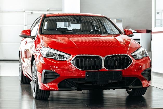 Novo carro de luxo vermelho em apresentação de carro no showroom de carros