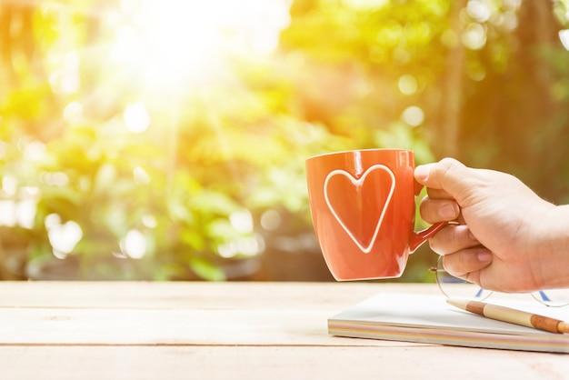 Novo começo do dia. amar a si mesmo e cuidar de mim. beber chá quente no jardim.