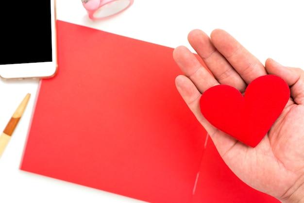Novo começo do dia. amar a si mesmo e cuidar de mim. coração vermelho com papel em branco e espaço de cópia.