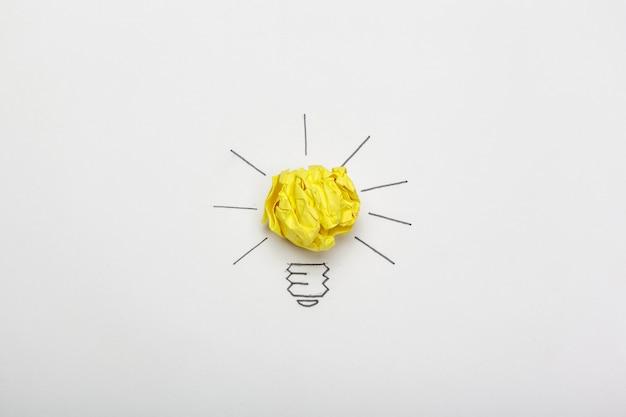 Novo conceito de idéia. bolas de papel amassado colorido