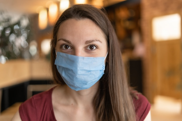 Novo conceito normal de mulher com máscara de comer no restaurante