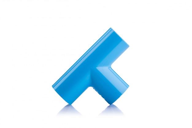 Novo conector de pvc azul para tubulação de água isolado no branco