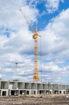 Novo desenvolvimento residencial e enorme guindaste